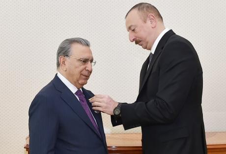 """Prezident İlham Əliyev akademik Ramiz Mehdiyevi """"Şöhrət"""" ordeni ilə təltif edib"""